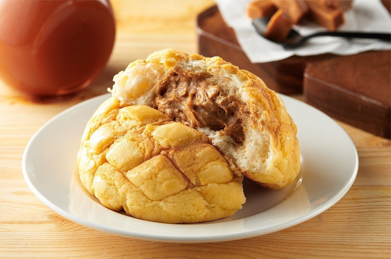 改良款「牛奶糖菠蘿麵包」玩出新滋味,售價39元/個。圖/全聯提供