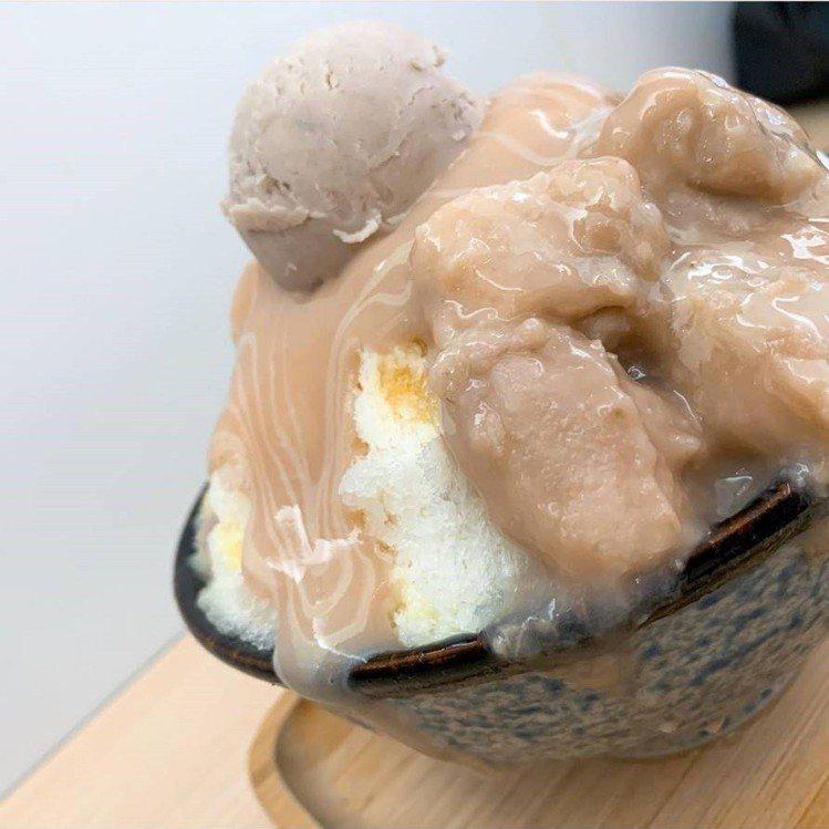 「呷丸味」的「芋頭白雪冰」讓芋頭控瘋狂。IG @bellachiu05 提供