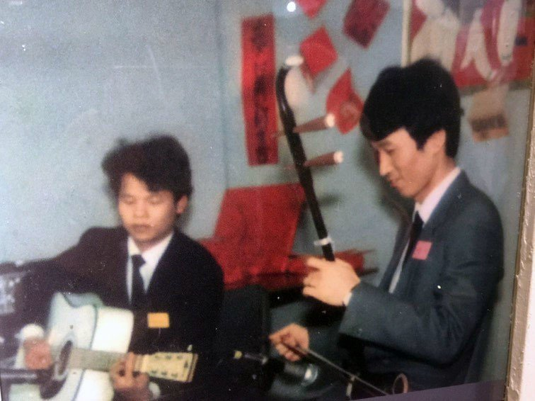 李喜明(右)會拉胡琴,海軍256戰隊隊史館保存有他年輕時拉琴的表演的畫面。翻攝自...