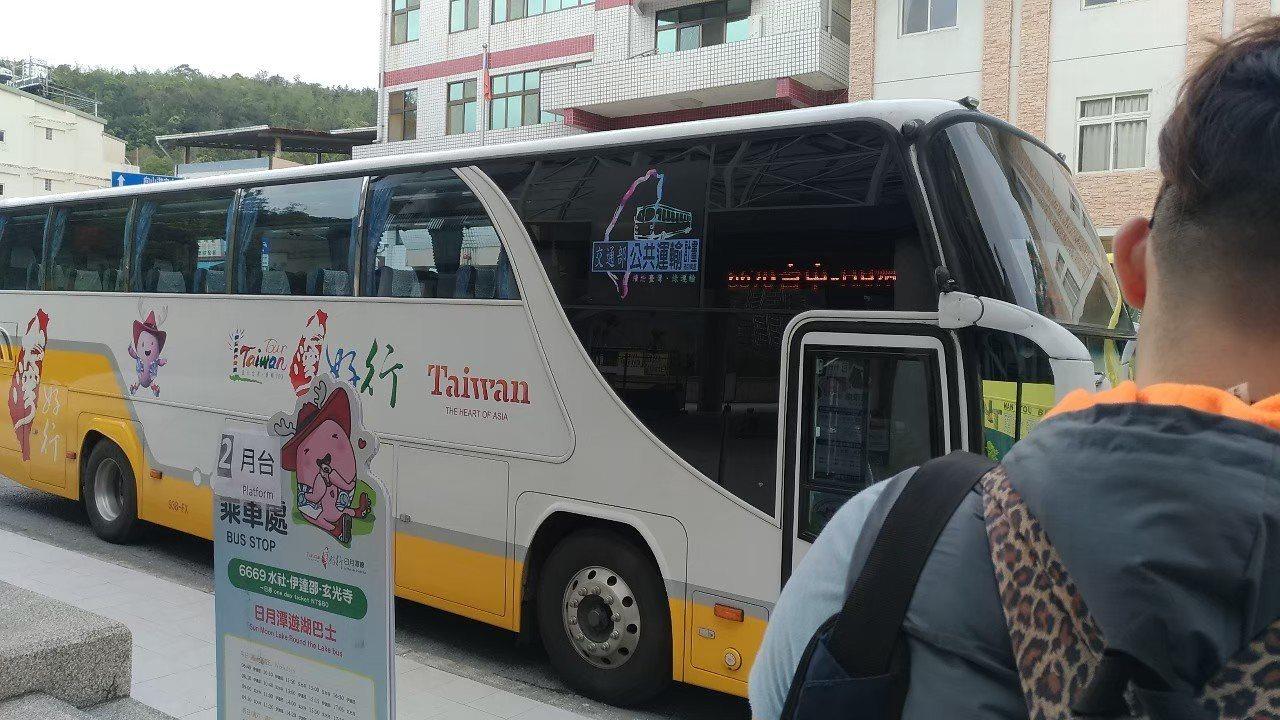 7月1日至9月30日,使用電子票證搭乘「台灣好行」路線半價優惠措施。記者楊德宜/...