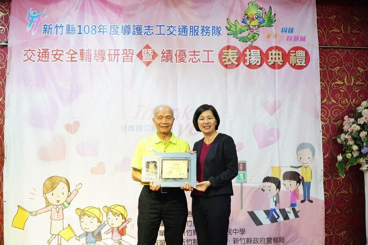 羅美瑜擔任導護志工3年,93歲的他是這次獲獎最年長的志工。記者郭政芬/攝影