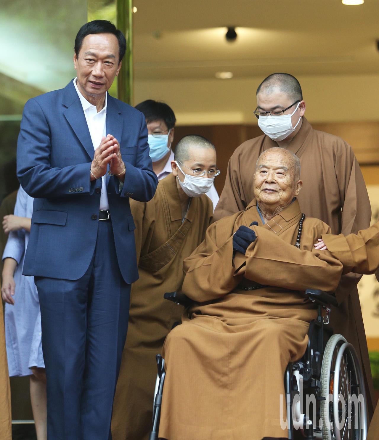 郭台銘(左)到佛光山參拜,並與星雲大師(右)會面請益。記者劉學聖/攝影