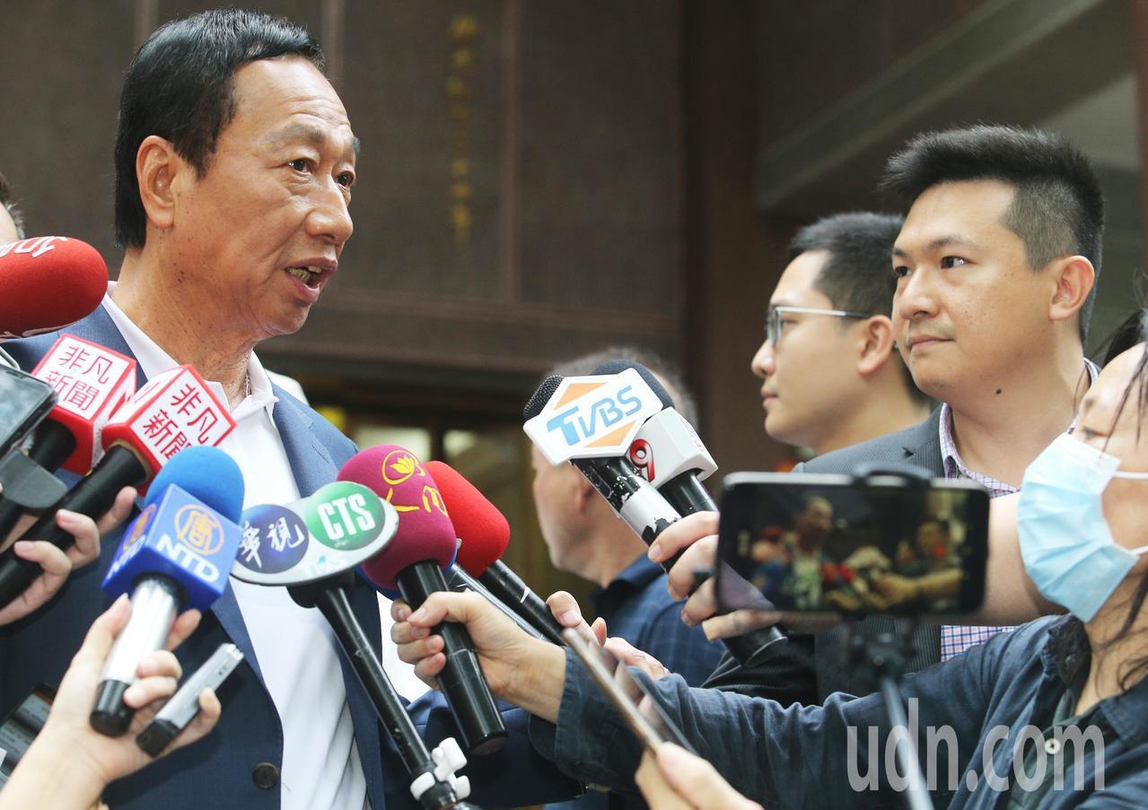 郭台銘今天到佛光山參拜,會後接受聯訪,一度與中天記者爆氣開槓。記者劉學聖/攝影