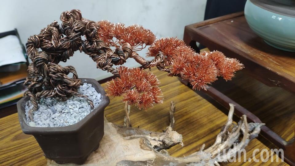 蔡啟鴻巧手將廢棄銅線創作成藝術松樹盆栽。記者李京昇/攝影