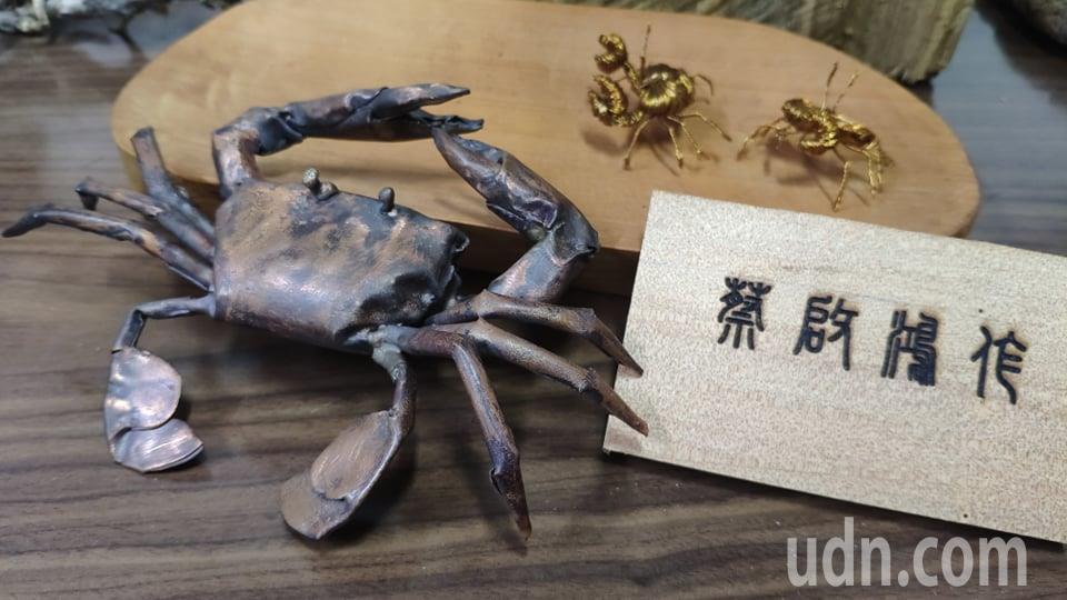 蔡啟鴻的銅線藝術創作栩栩如生。記者李京昇/攝影