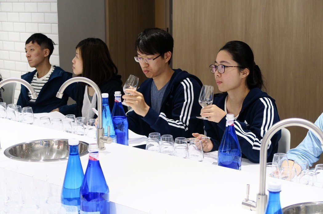 開平餐飲學校與德國合作,創台灣第一個品水學程,也是全球唯一全中文授課的品水學程。...