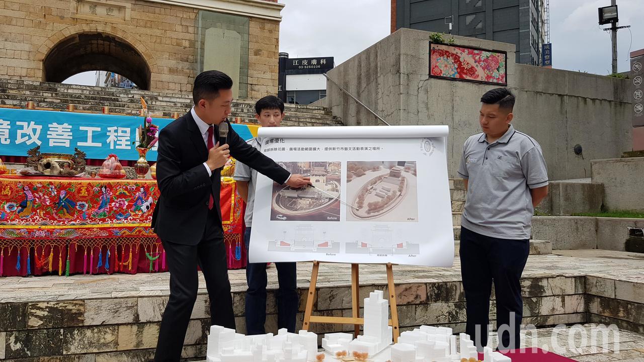 新竹市長林智堅(左)說明東門城環境改善工程完工後,可提供市民更好居住與步行環境,...