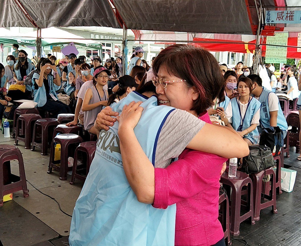 民進黨不分區立委尤美女穿著同婚案當天的桃紅色外套,向長榮空服員打氣,工會幹部感動...