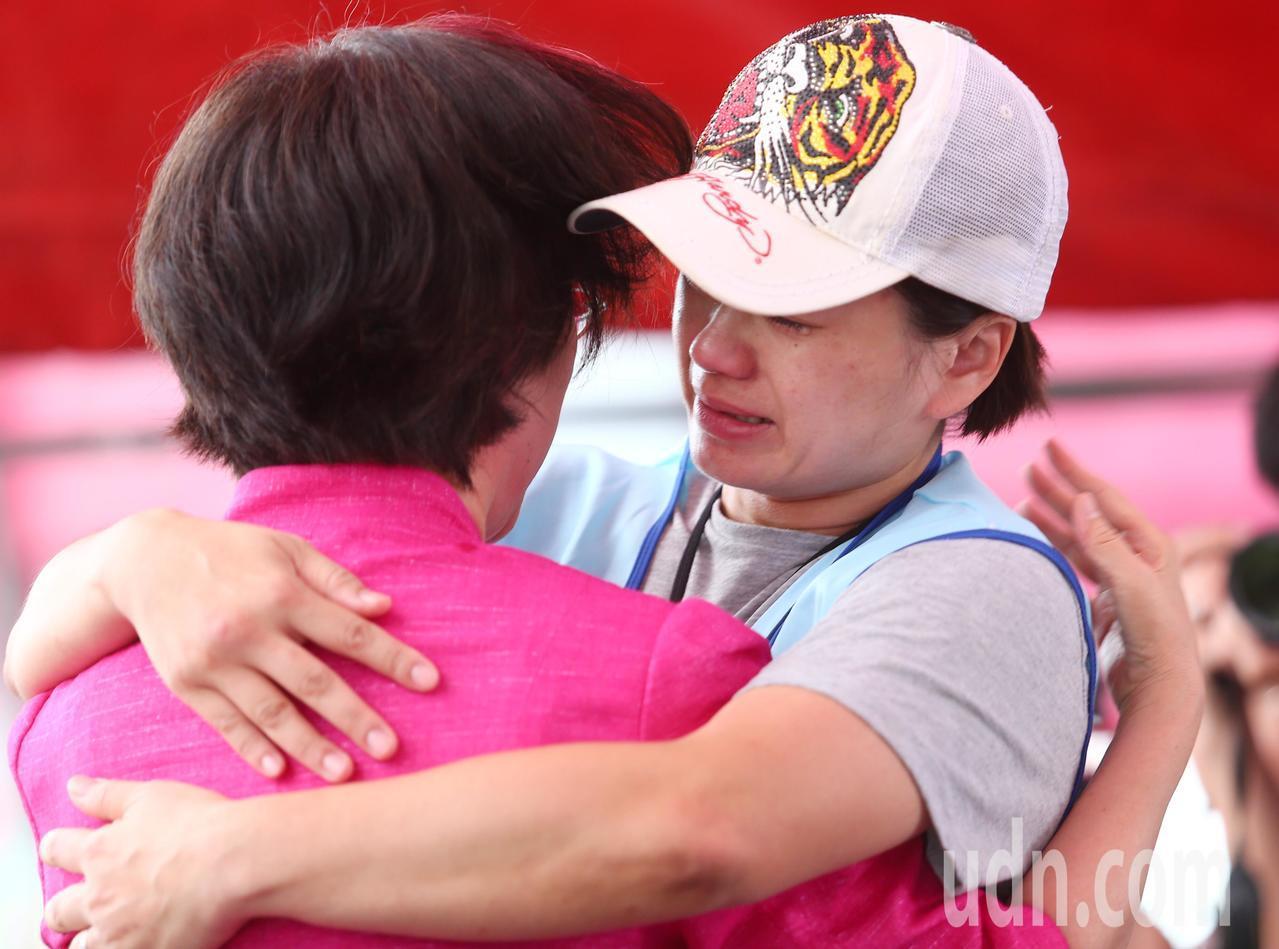 長榮空服員罷工進入第七天,立委尤美女到場,擁抱參與罷工的成員表支持。記者王騰毅/...
