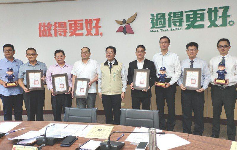 響應台南市警局推動「天使之眼守護家園」計畫,5家建商聯手捐贈340多萬元,由市警局規劃設在社區重要路口,建置具車辨功能監視器,可望創造雙贏。記者謝進盛/攝影