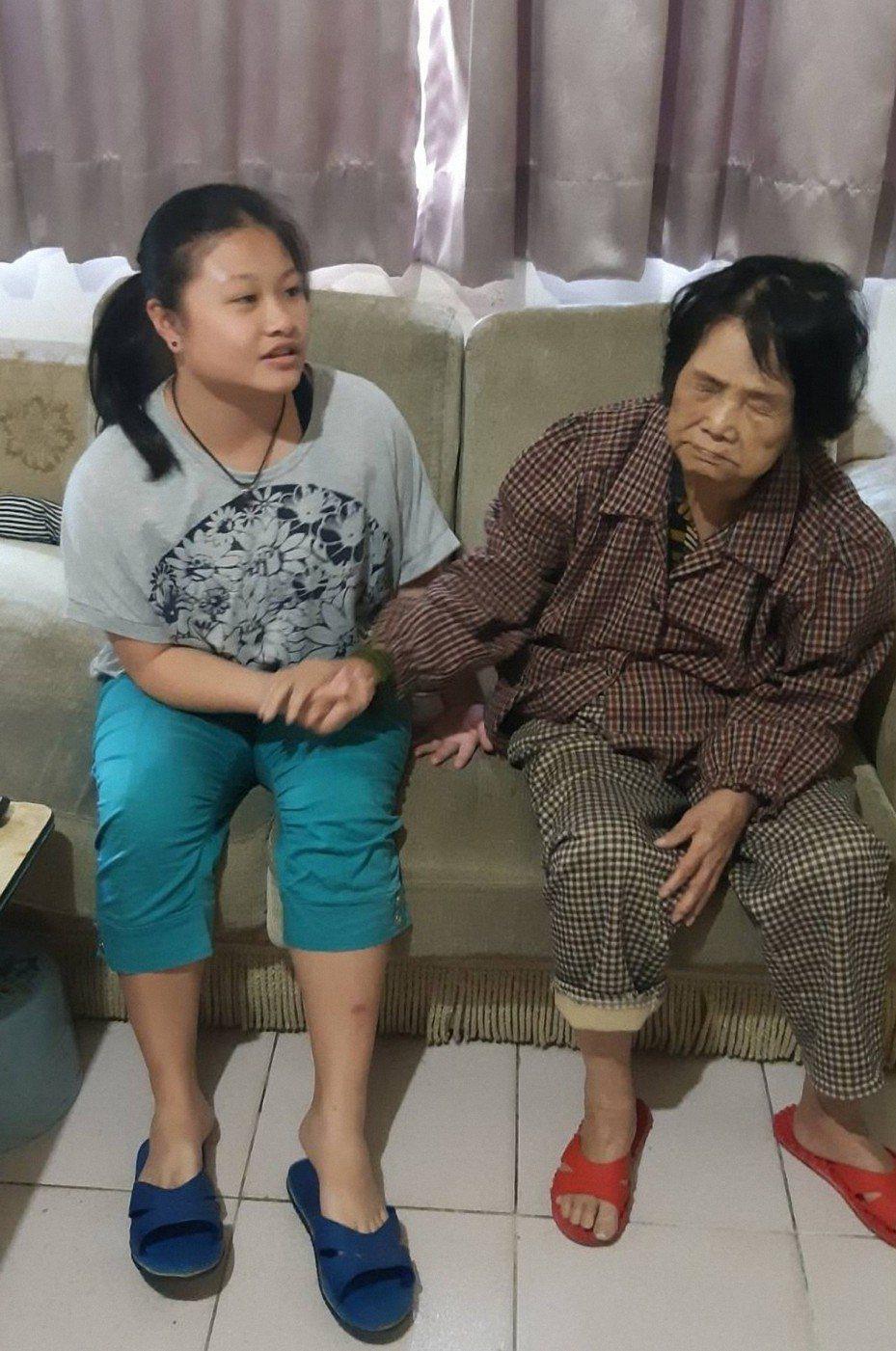 新北淡水國中阮怡靜年(左)僅13歲,卻已經獨自照顧全盲的外曾祖母謝含笑(右)6年。圖/教育局提供