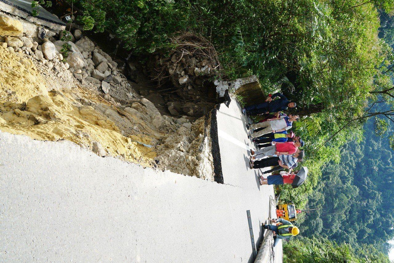 受連日下雨波及,新竹縣北埔冷泉上方200公尺處,地點約竹37線13.7公里處,昨...