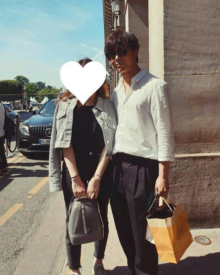 金材昱和孔劉都喜歡超簡單的白衣黑褲穿搭,他在街頭拎著歐舒丹提袋。圖/取自IG(j...