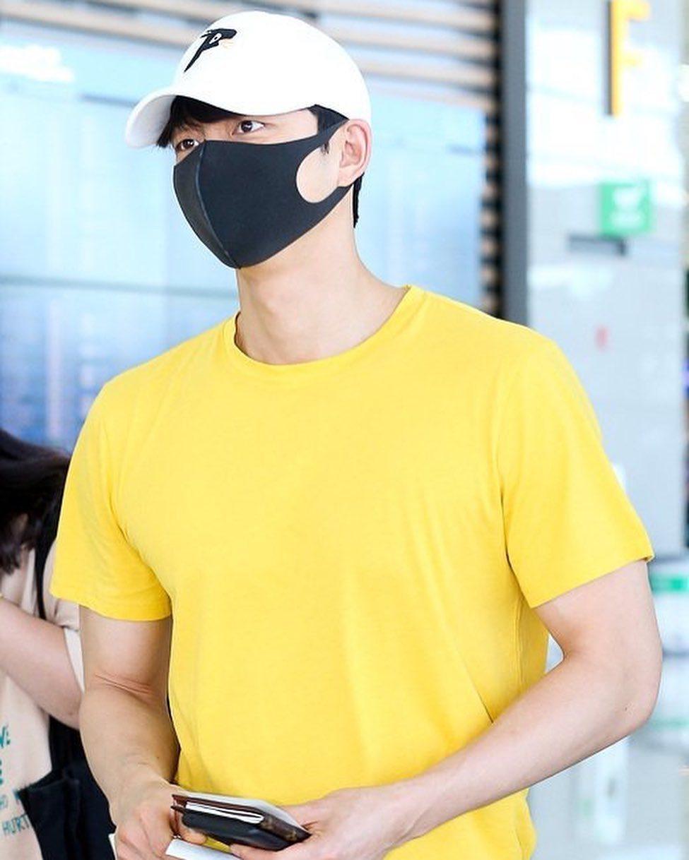 孔劉在巴黎準備返韓時,身穿黃色T恤、手上拿著路易威登的護照夾。圖/取自IG(Of...