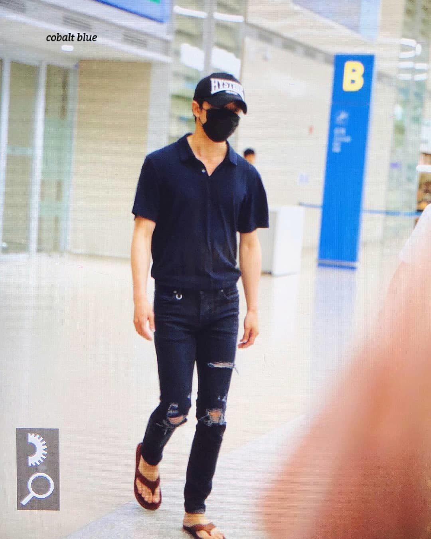 金材昱離開巴黎返韓的機場時尚,很有默契的和孔劉一樣都穿夾腳拖。圖/取自IG(ja...