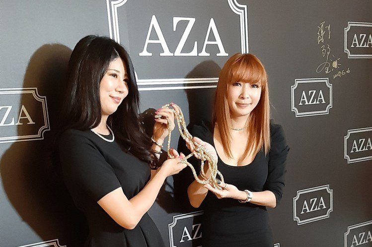 Makiyo今和日本友人為代理飾品「AZA」舉辦展覽,她表示展覽籌備時間約半年,她當初戴在身上,就有不少藝人好友好奇詢問,羅霈穎羅姐更一口氣買了10條,問她一般民眾該透過什麼管道購買?她竟無厘頭回「...
