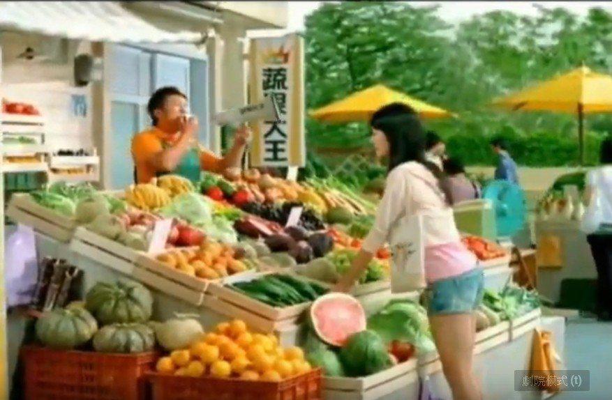 孟耿如(右)學生時期第一支廣告裡演一個美少女,還跟納豆對戲。圖/摘自YOUTUB...