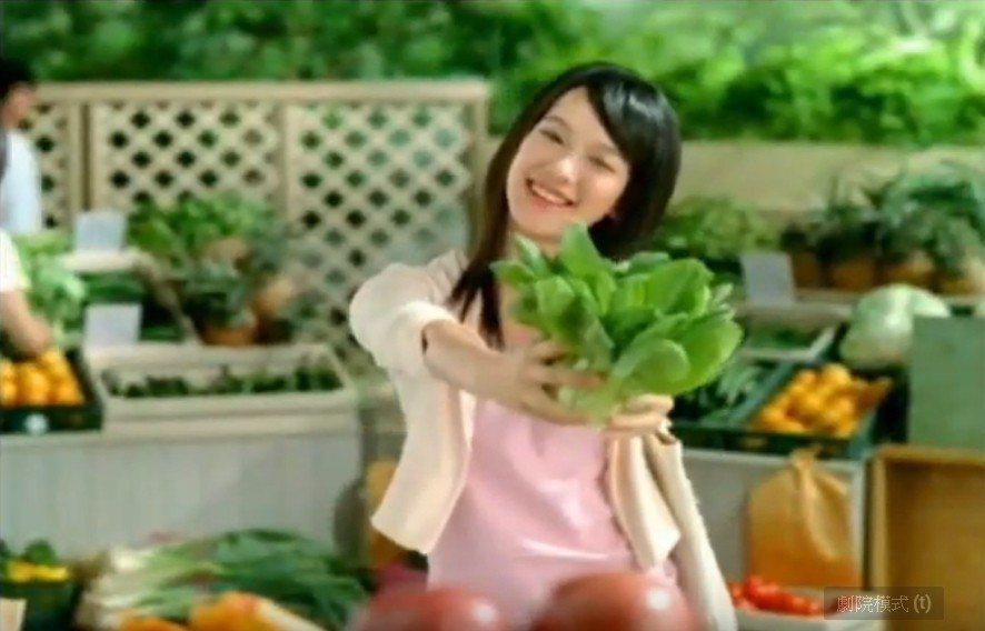 孟耿如學生時期第一支廣告裡演一個美少女,還跟納豆對戲。圖/摘自YOUTUBE