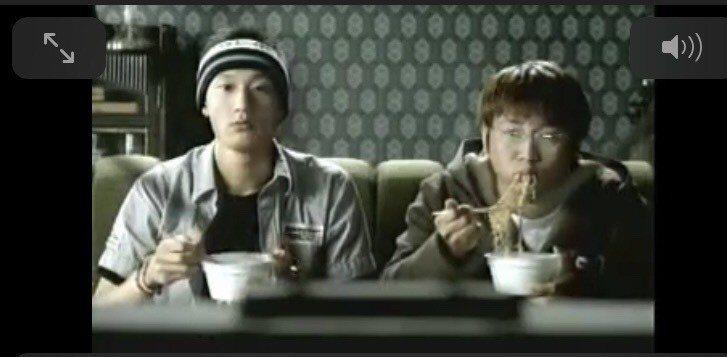 納豆(右)大學時拍的泡麵廣告,完全跟現在的他長得不一樣。圖/摘自YOUTUBE