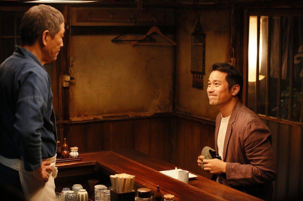 張孝全(右)在「深夜食堂」飾演一位導演。圖/Netflix提供