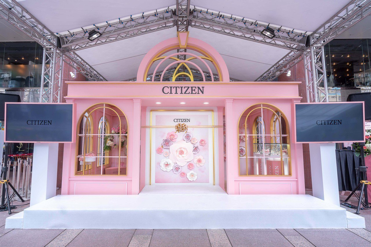 遠東SOGO台北忠孝館中大門前廣場的星辰表時光花坊,是品牌於台灣的手個快閃店。圖...