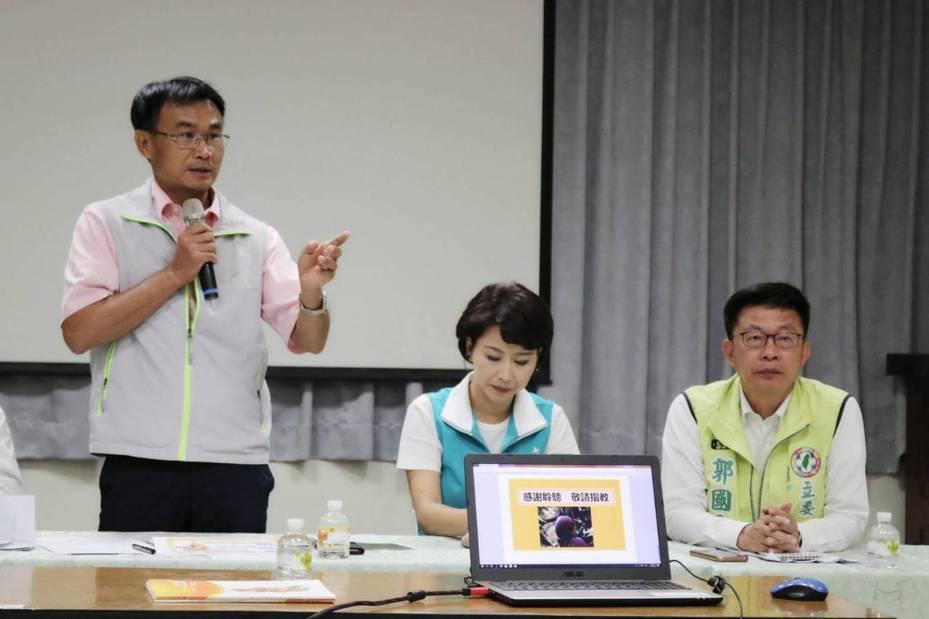 農委會主委陳吉仲(左)下午到台南南化區,宣布啟動芒果收購加工。圖/郭國文服務處提供