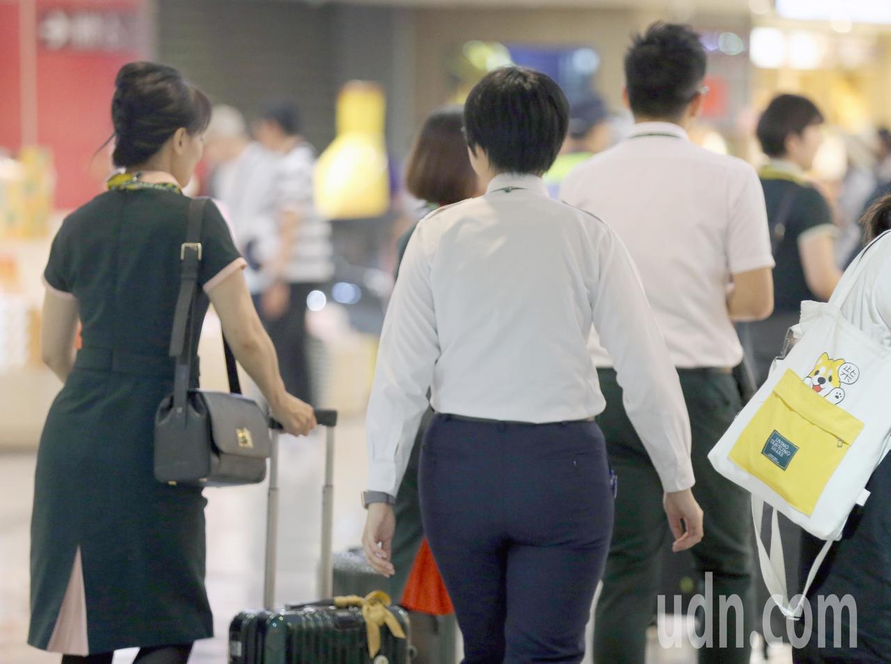 長榮航空部分空服員罷工,為了避免上班服勤的空服員受到外力干擾,從23日起就加派地...