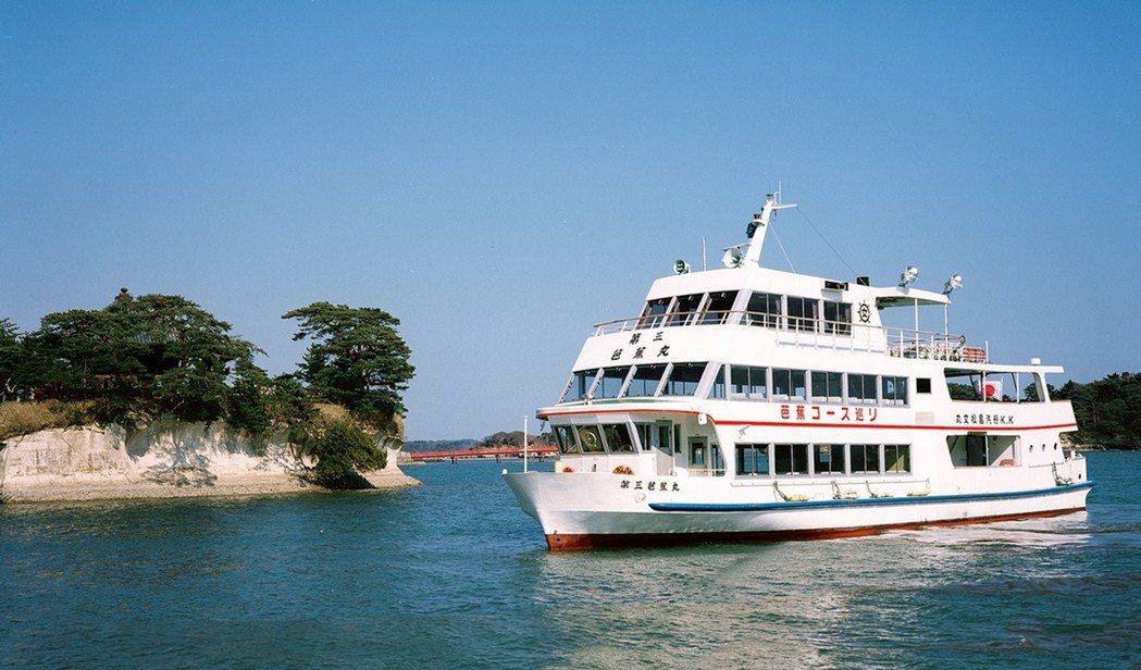 松島為日本三大名景之一,可搭乘遊船近距離觀賞海浪沖蝕島嶼的自然樣貌。雄獅旅遊/提...