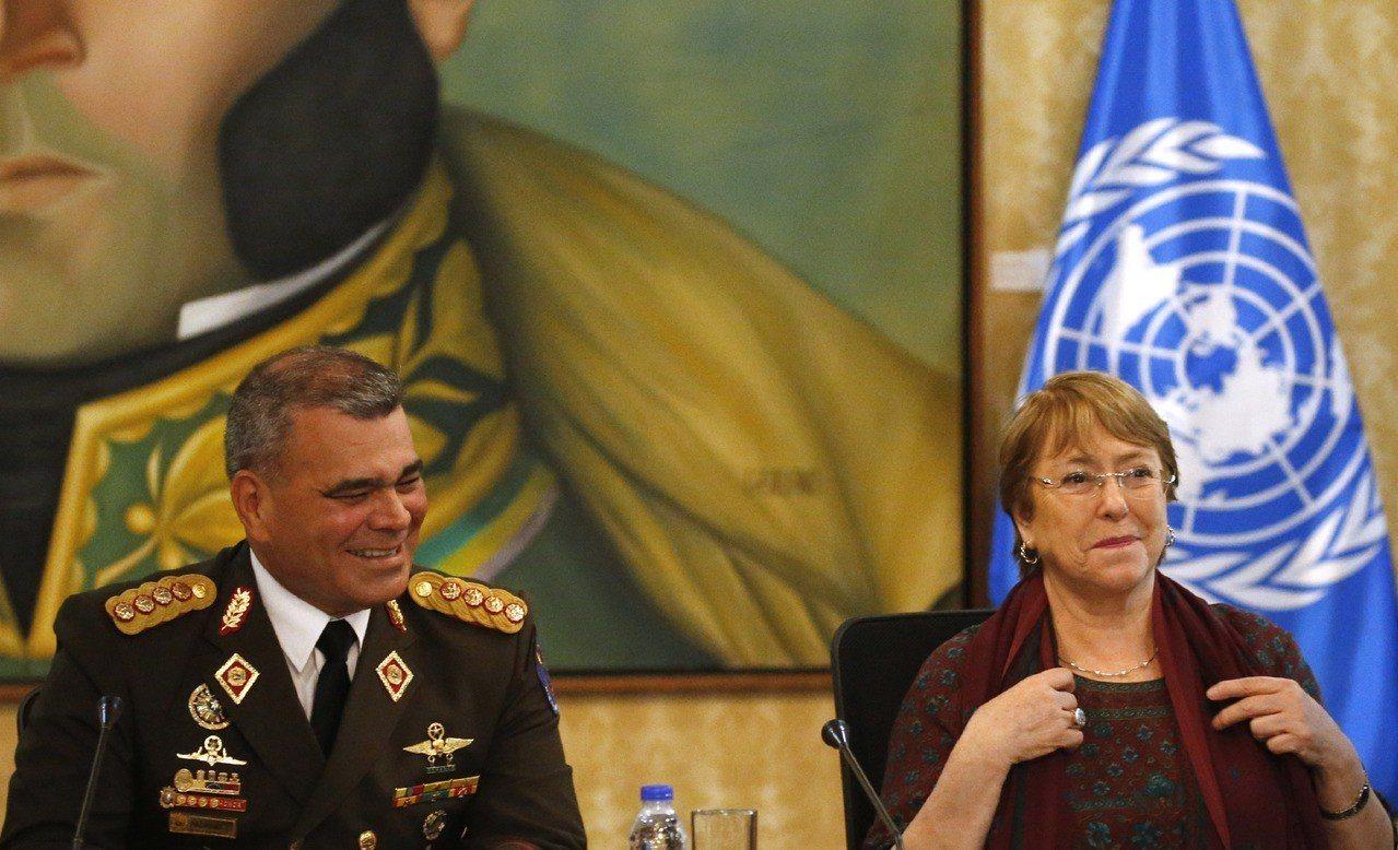 委內瑞拉國防部長Vladimir Padrino López (左)遭控愛看「終...