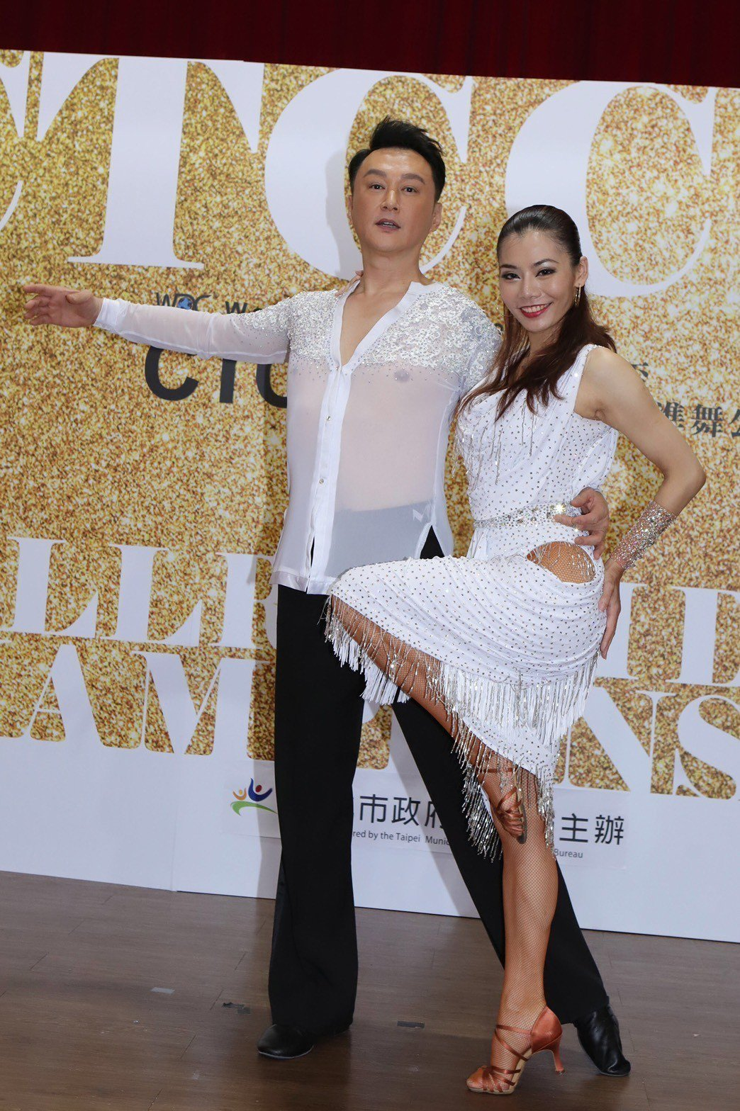 何篤霖(左)今天穿著透明白色舞衣露出上點,他說:「我出道30多年什麼沒見過,上場