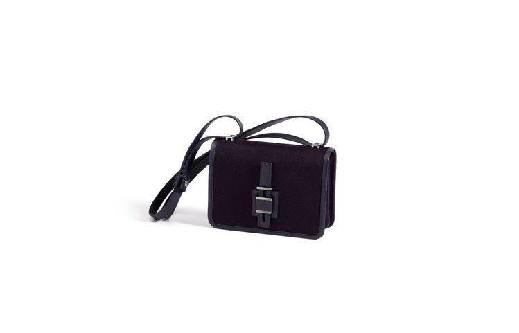 Lock In小羊皮手袋,售價76,100元。圖/Loro Piana提供