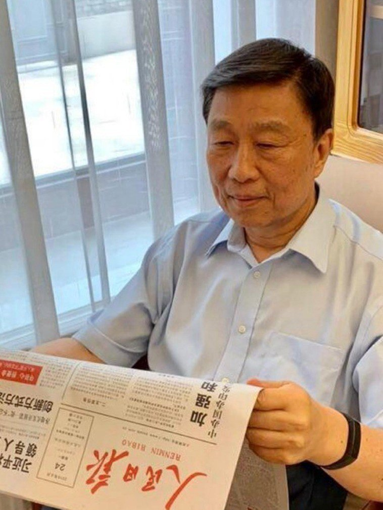 大陸前國家副主席李源潮露面,正在看六月廿四日的人民日報。(取自網路)