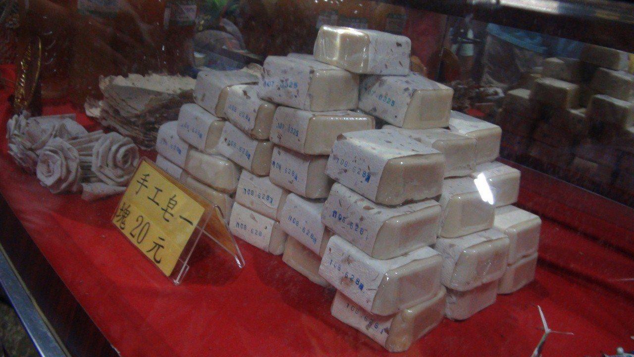 林園文賢里厲行資源回收,並回收食用油製成手工肥皂。記者王昭月/攝影
