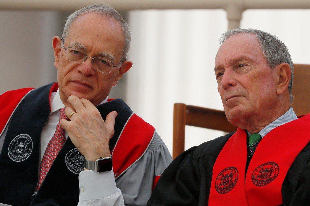 麻省理工學院校長萊夫(左)在本月初的畢典上與前紐約市長彭博(右)交談。(路透)
