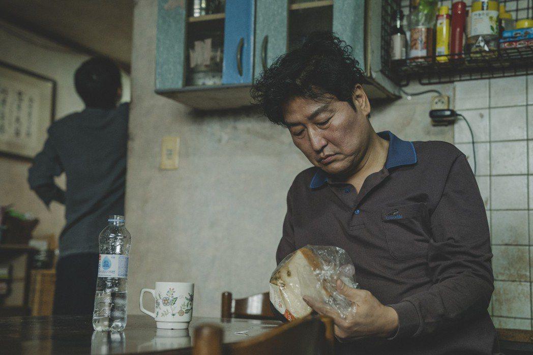 在電影中設定宋康昊曾經加入賣台灣古早味蛋糕卻失敗。圖/CATCHPLAY提供