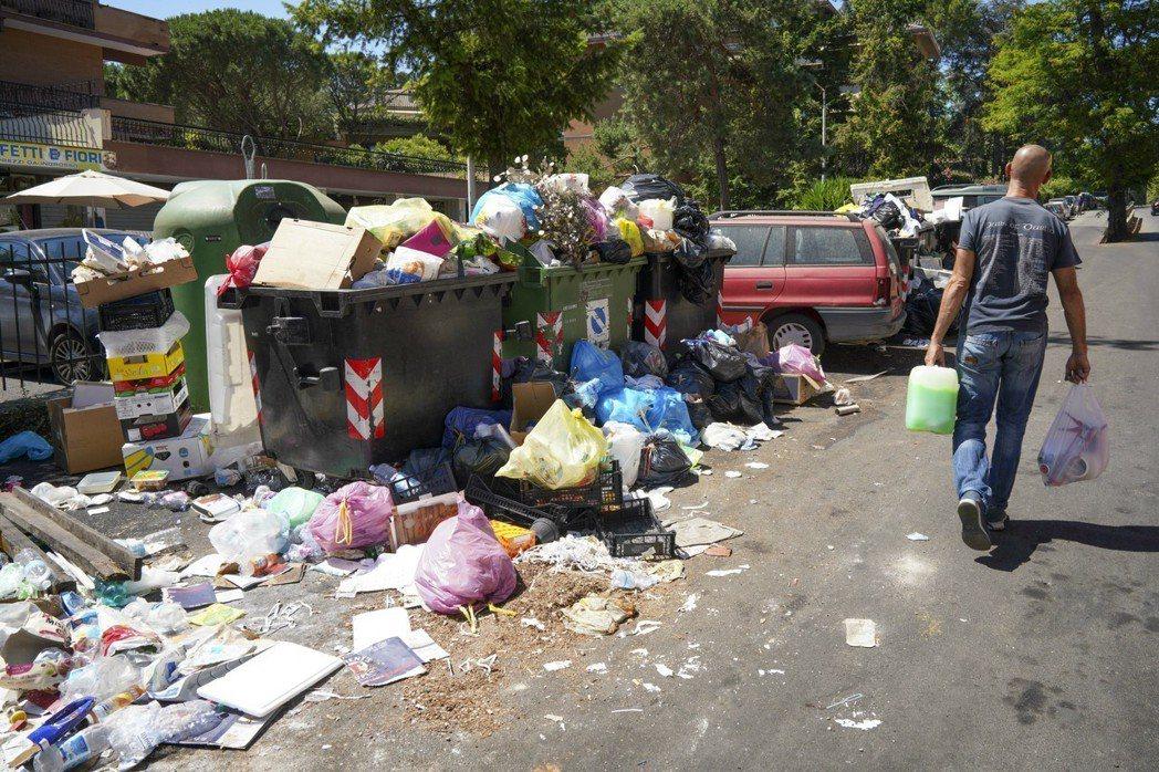 羅馬垃圾滿到炸出桶外。(美聯社)