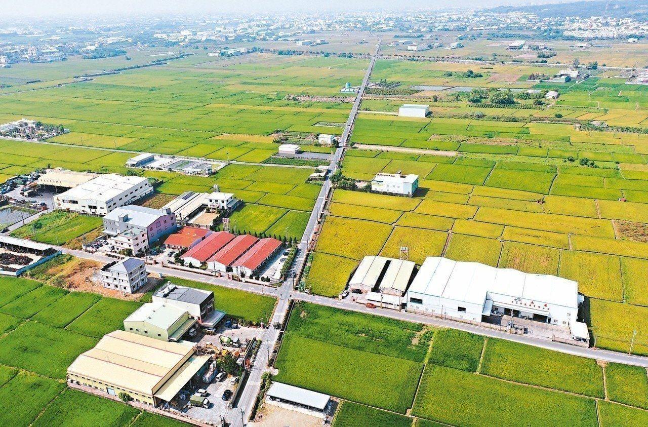 近年農地新建工廠日增,政府推動修法讓農地工廠合法化引發爭議。 圖/聯合報系資料照