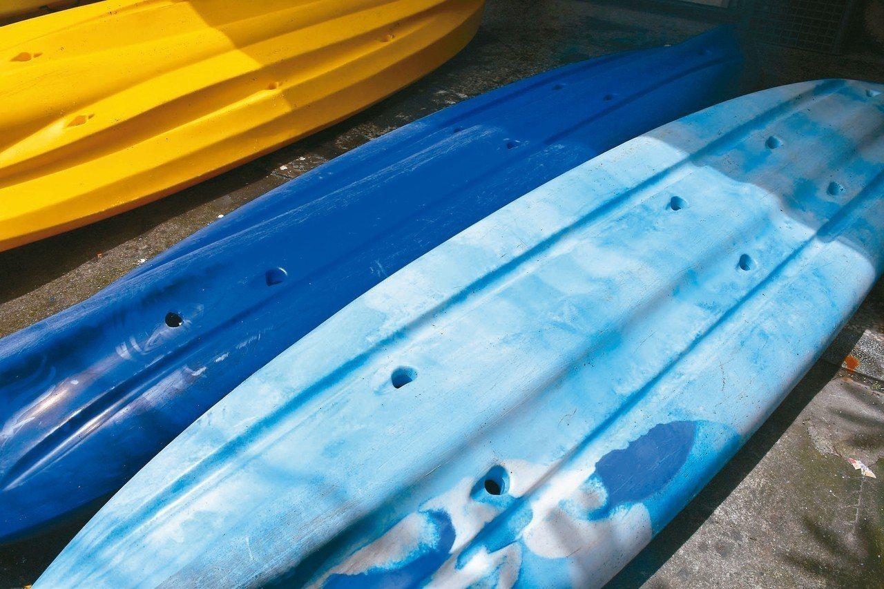 花蓮業者游浩煒旗下的廿六艘獨木舟人遭惡意從船底鑽洞,十七名遊客差點發生意外,警方...