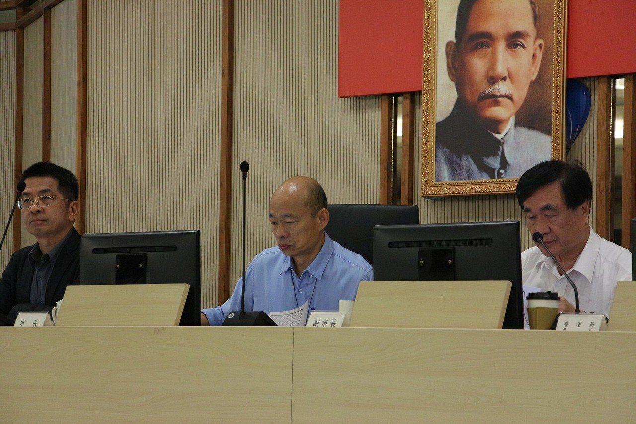 高市長韓國瑜(中)昨表示,辦公室人員遭冒名竊資,非常可怕。記者蔡孟妤/攝影