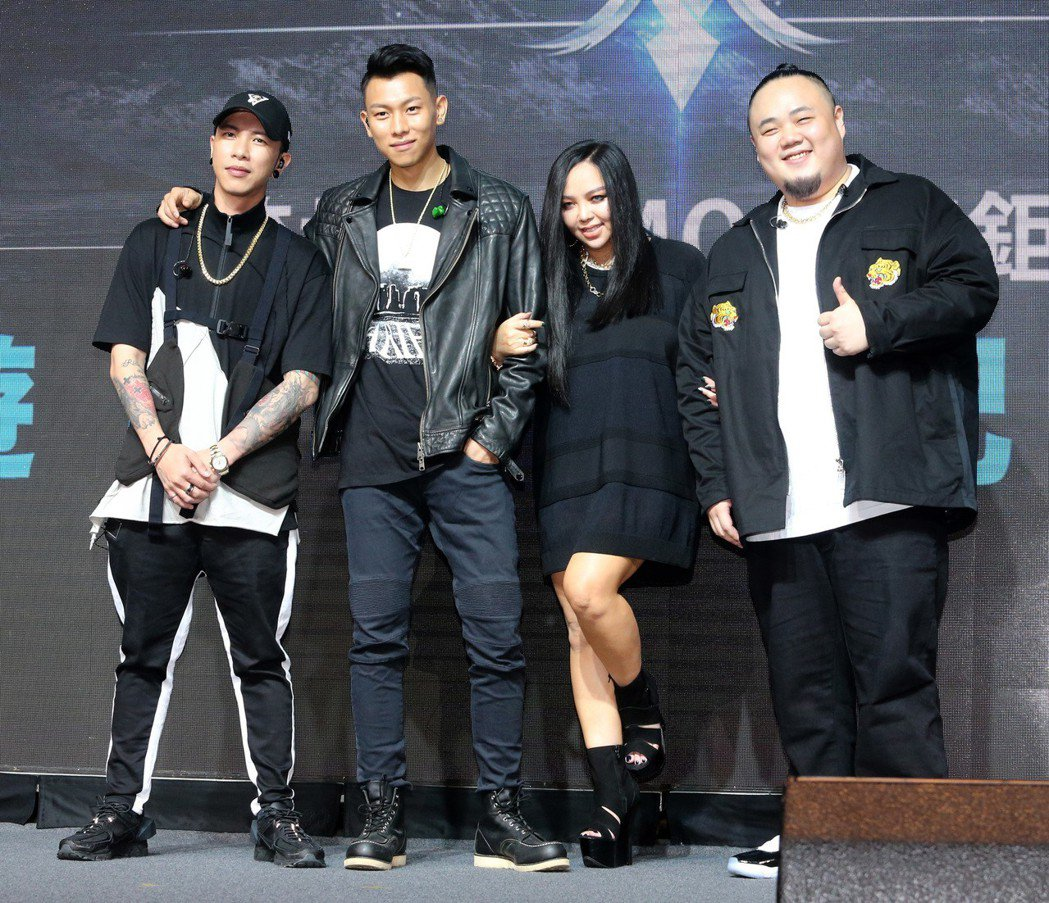 張惠妹(右二)攜手頑童MJ116擔任手遊「完美世界M」代言人。記者胡經周/攝影