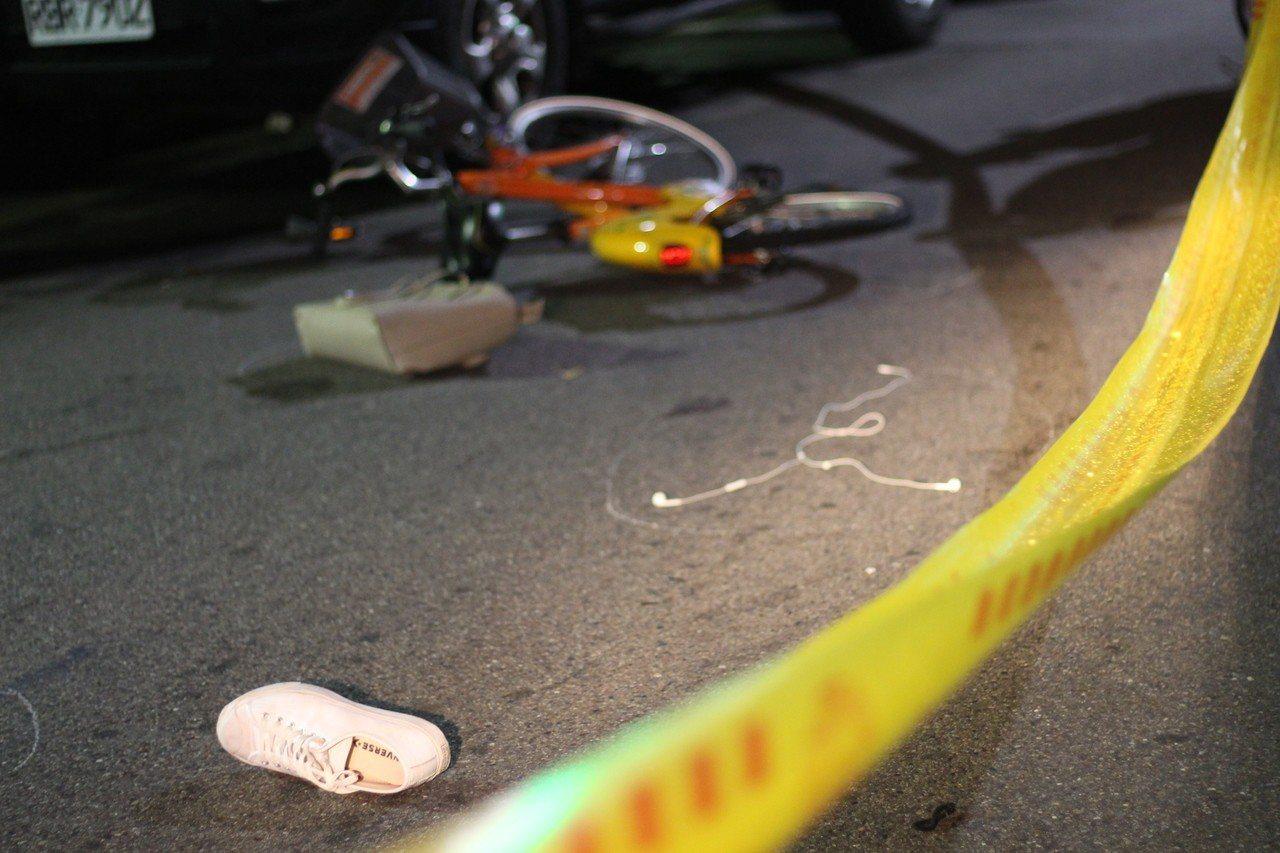 45歲梁男駕駛休旅車,因不明原因失控擦撞路邊停放的兩輛汽車及一名機車騎士,再衝撞...