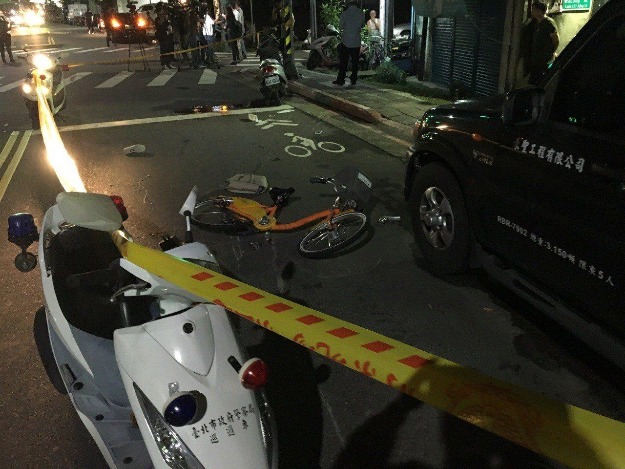 女單車騎士被撞,送醫後不治身亡。記者李隆揆/攝影