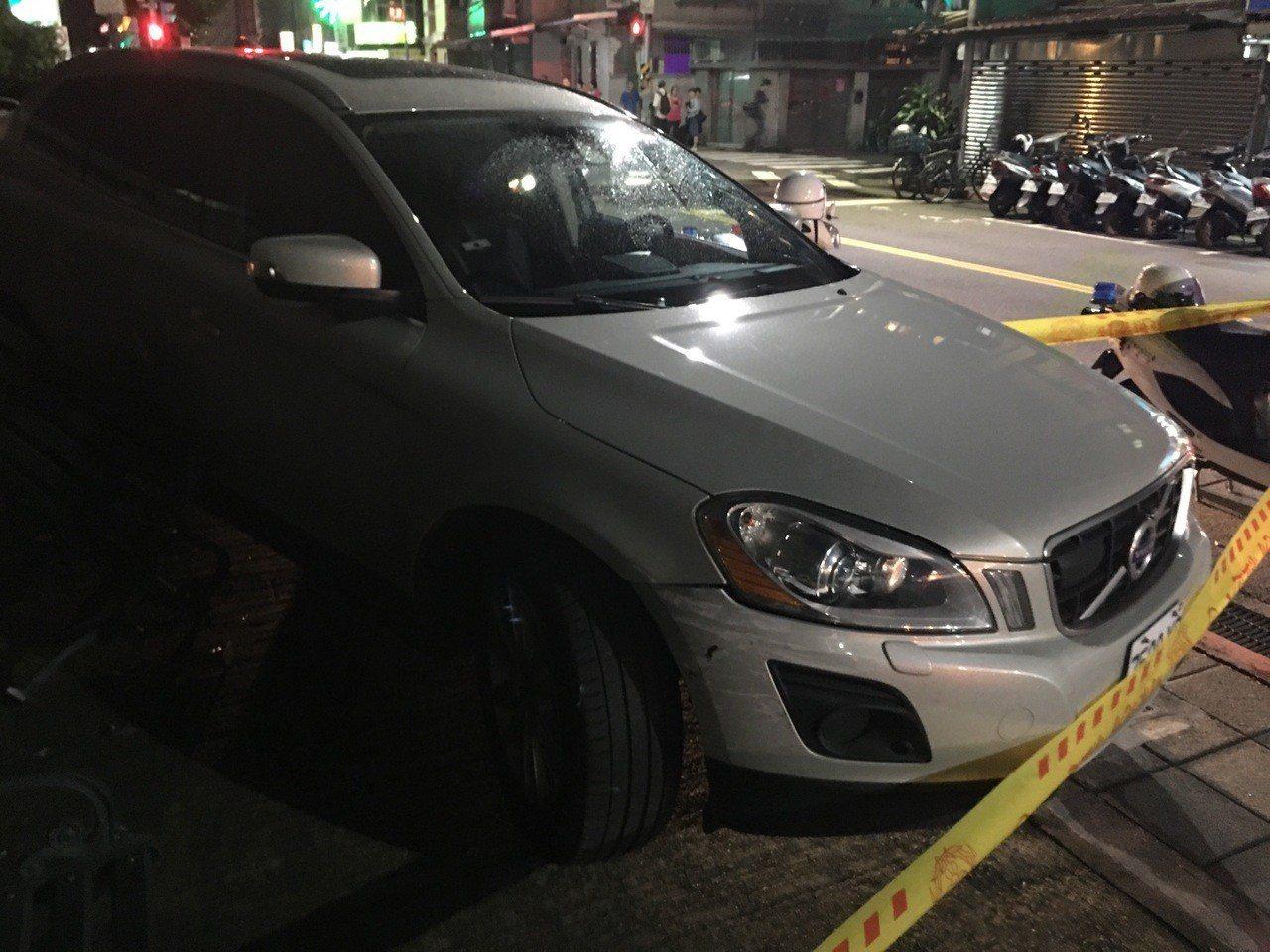 45歲梁男駕駛休旅車,因不明原因失控撞擊路邊兩輛汽車、一名機車騎士,並輾過一名女...