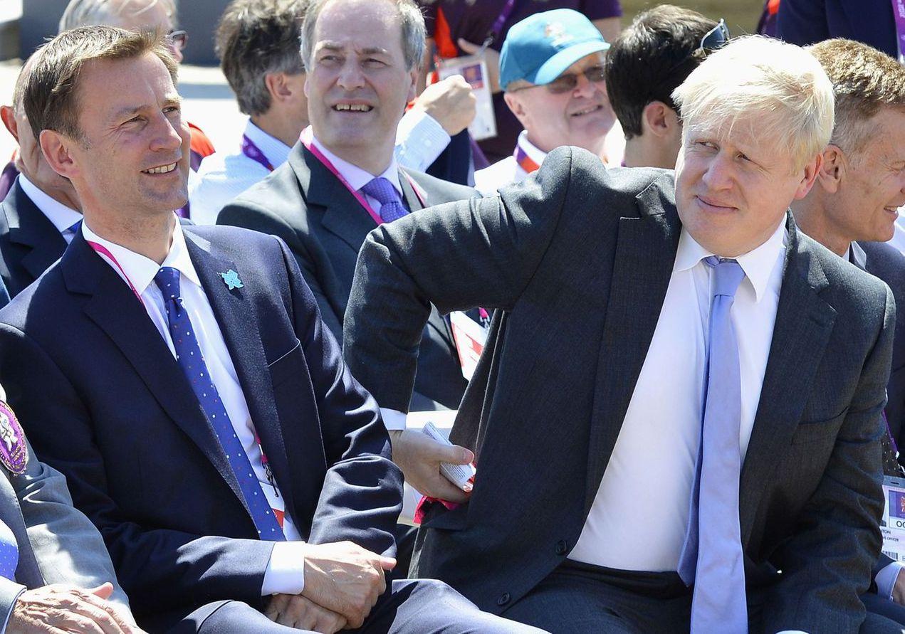 英國保守黨黨魁競選最後對決的兩人,前外相強生(右)和現任外相杭特(左)均畢業於牛...