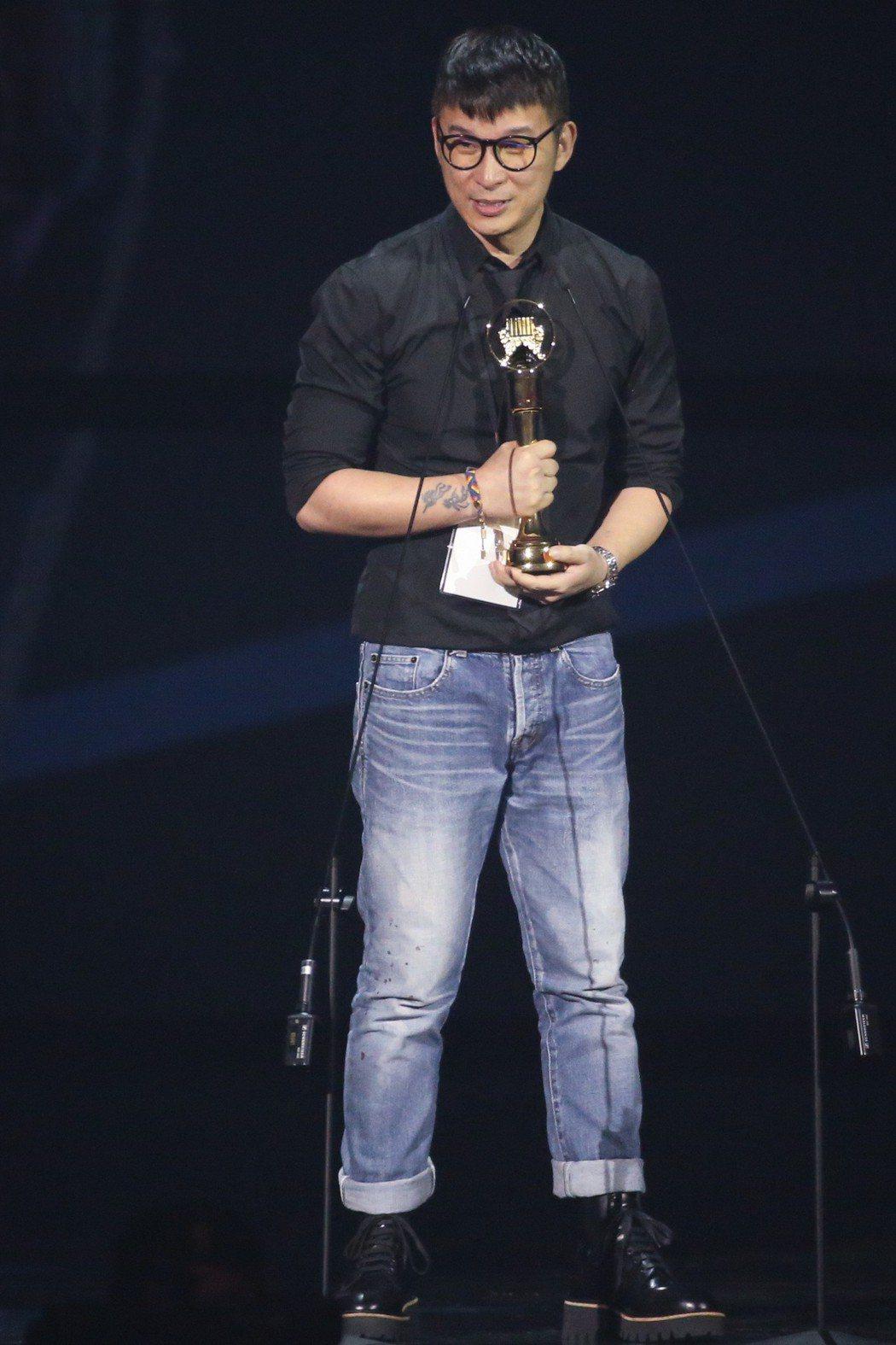 第30屆金曲獎,最佳國語女歌手獎由林憶蓮獲得,製作人陳鎮川(圖)代領。記者林伯東...
