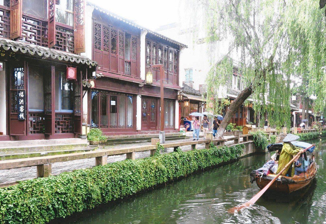 周庄古鎮仍保存許多明清時期建築,讓人感受古時江南水鄉氛圍。 特派記者林則宏/攝影