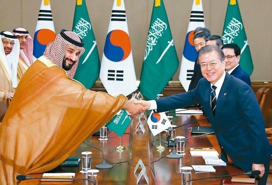 南韓總統文在寅(右)與到訪的沙烏地阿拉伯王儲賓沙爾曼留影紀念。 歐新社