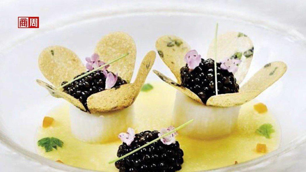 把中國人喜愛的山藥替代法國人熱中的馬鈴薯,加進個人巧思,做成一朵朵小花,相當吸睛...