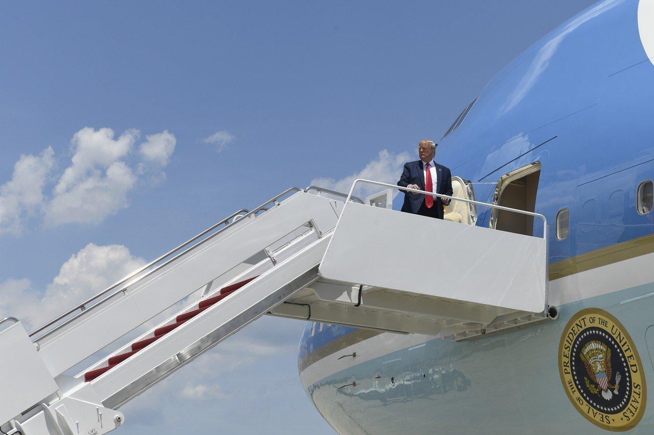 川普總統26日啟程前往日本大阪出席G20峰會。 美聯社