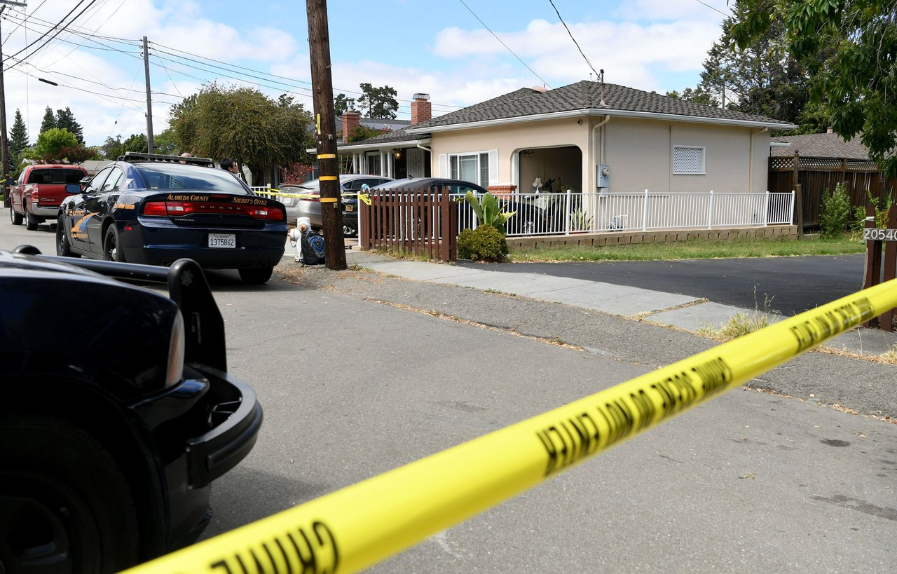 東灣卡斯楚谷發生一起雙重凶殺案,圖為發生命案的現場住宅。 圖/截自電視新聞